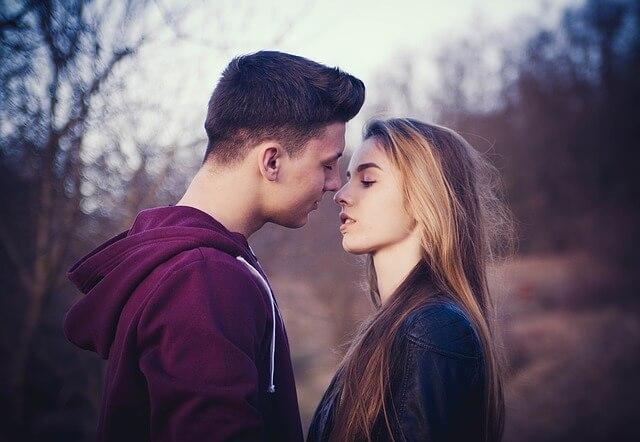 dziewczyna i chłopak pocałunek