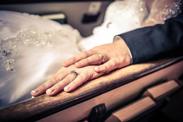 zaobrączkowane dłonie młodej pary