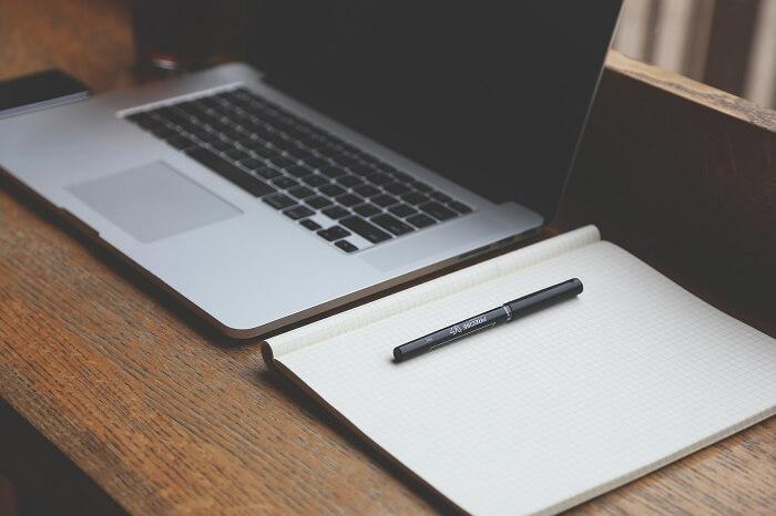 laptop i notes narzędzia pracy tłumacza