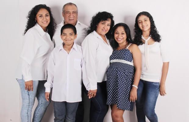 Rodzina pozuje do zdjęcia