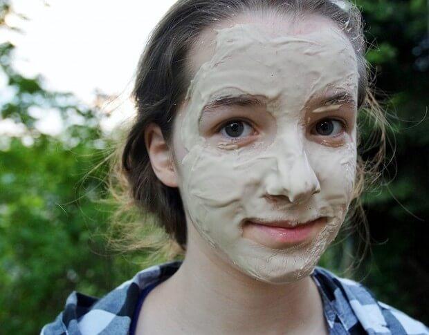 dziewczyna z maseczką na twarzy