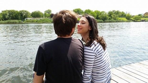 para-siedzaca-przy-jeziorze