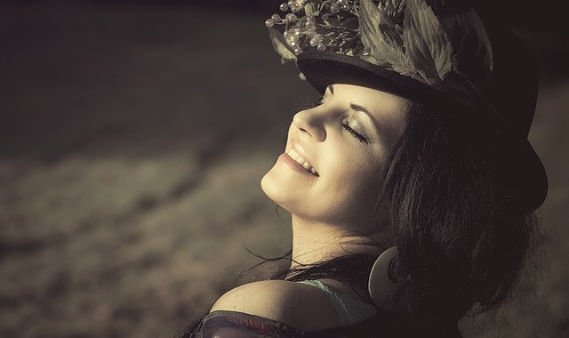 Kobieta się uśmiecha