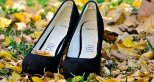 Buty na obcasach w jesiennych liściach