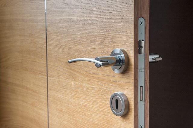 Wkładka z zamkiem w drzwiach