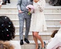 Para młoda wychodząca z kościoła po ślubie