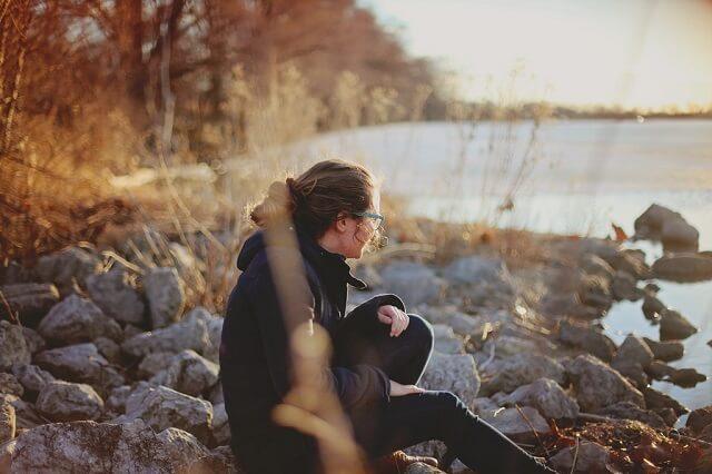 Kobieta siedzącą na kamieniach