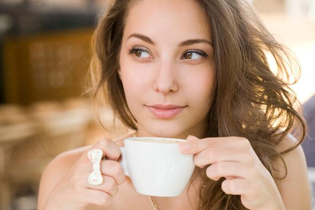 Dziewczyna pije pyszna kawę