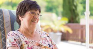 Starsza kobieta w fotelu