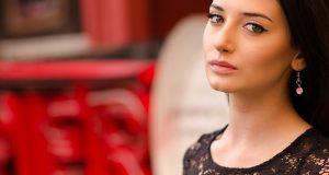 Dziewczyna w czarnej koronkowej sukience