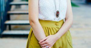 Dziewczyna w białej bluzce i żółtej spódnicy
