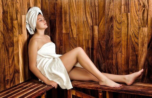 Kobieta siedząca w saunie