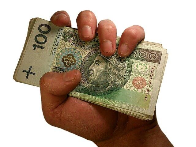banknoty w ręku