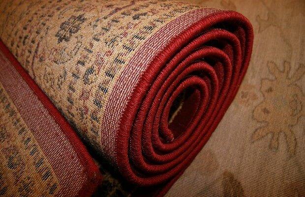 Potrzyj dywan sodą lub wodą z amoniakiem