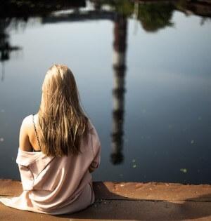 samotne dziewczę nad wodą