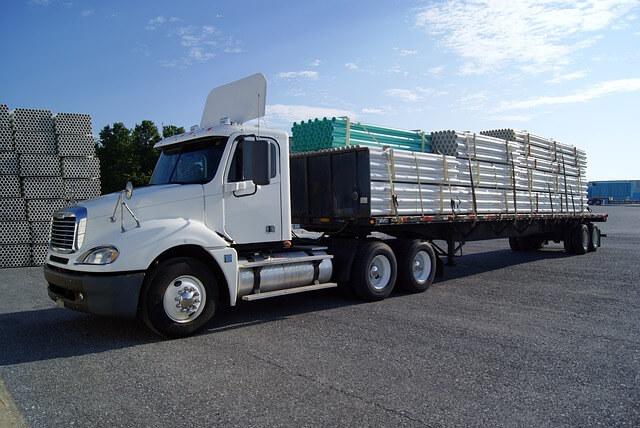 ciężarówka z załadunkiem