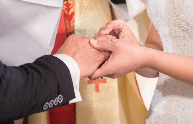 Małżonkowie zakładają sobie obrączki na palce