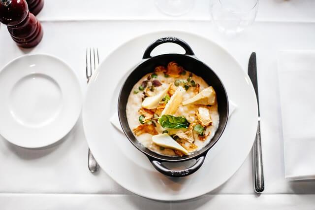 Aromatyczna zupa na stole