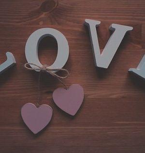 Napis miłość na ścianę