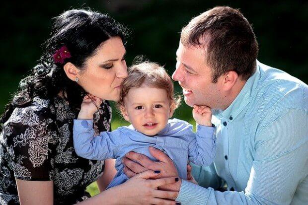 rodzice-z-dzieckiem-na-spacerze
