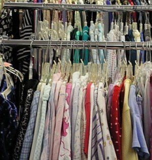 Ubrania wiszą na wieszakach