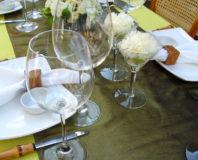 Stół z naczyniami i szkłem