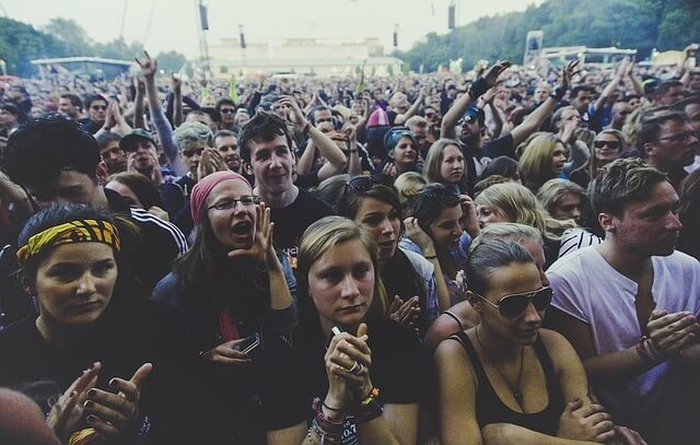 Tłum ludzi bawiący się na koncercie