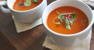 Talerze zupy pomidorowej