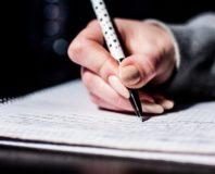 Kobieta pisze na papierze