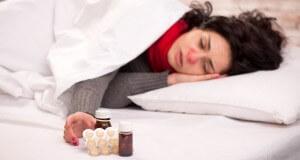 Kobieta chora na grypę leży w łóżku