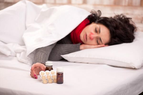 Kobieta lżąca w łóżku chora na grypę