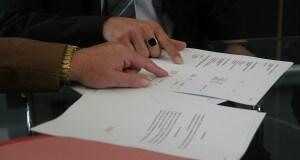 Mężczyzna podpisuj dokumenty