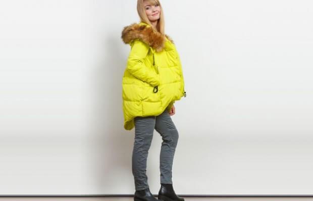 Kobieta w ciepłej kurtce i kozakach