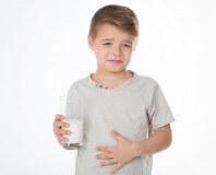 Chłopiec ze szklanką mleka