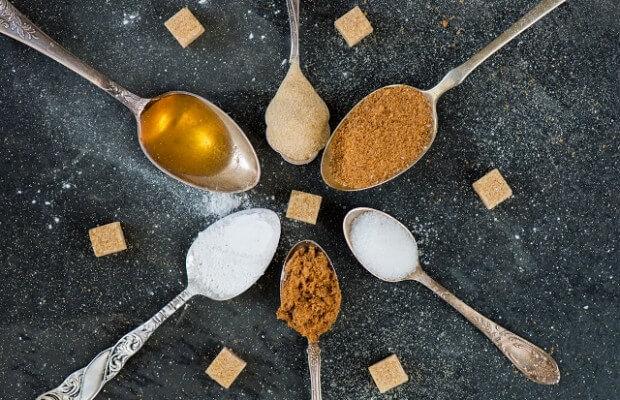 cukier biały, brązowy i miód na łyżeczkach