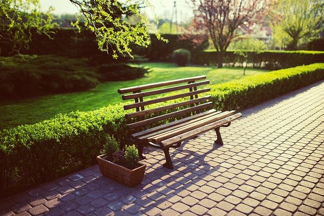 ławka na brukowanym chodniku