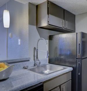 Wnętrze kuchni z lodówką