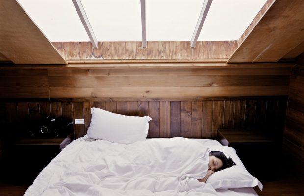 Chora dziewczyna w sypialni