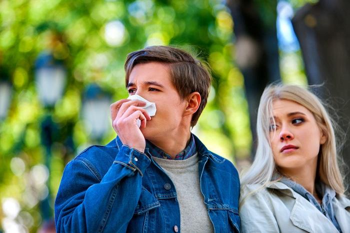 Kichający chłopak z dziewczyną