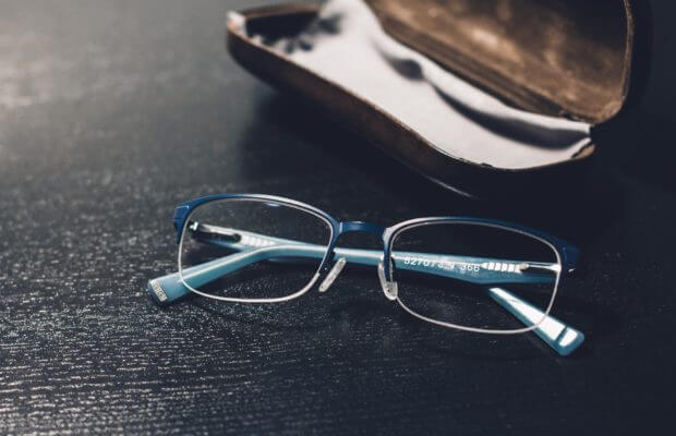 Okulary i etui na stole