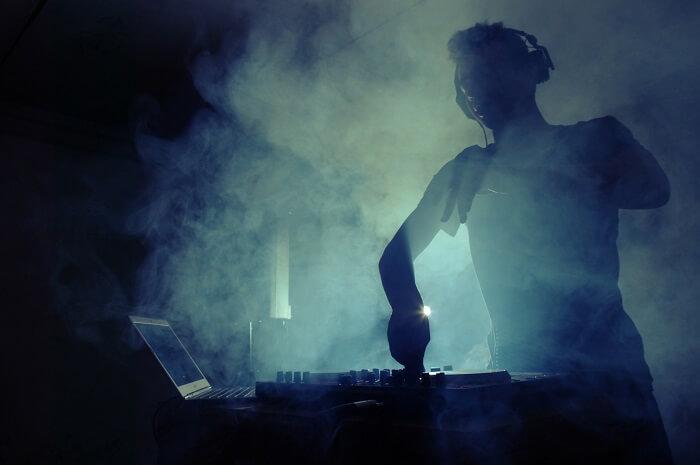 DJ na imprezie klubowej