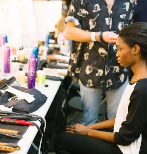 Kobieta na fotelu u fryzjera