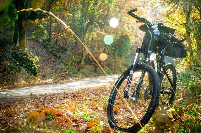 Rower na górskiej ścieżce
