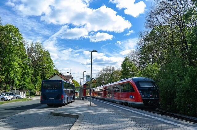 Autobus i tramwaj stojące na przystankach