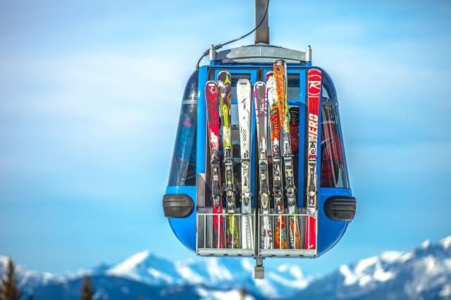Narty na wyciągu narciarskim