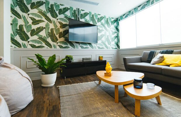 Salon z tapetą na ścianie