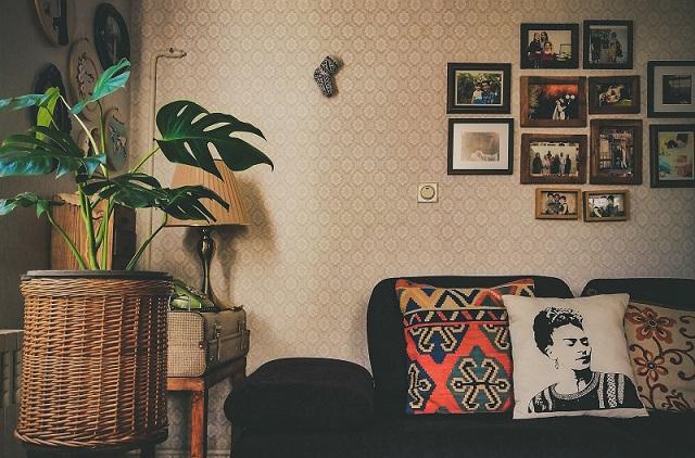 Salon i tapeta na ścianie