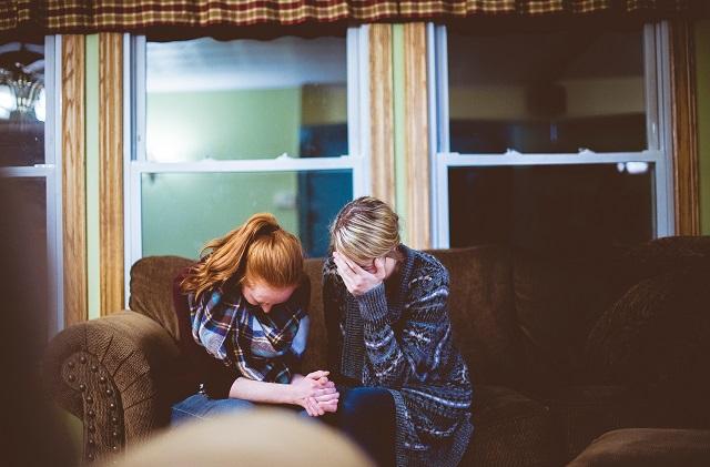 Kobieta i mężczyzna smutni siedzą na kanapie