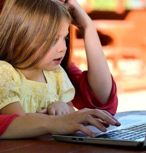 Mama i córka przed komputerem