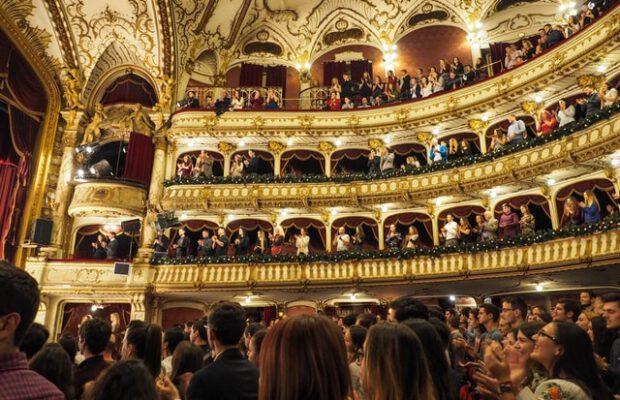 Opera wypełniona widzami